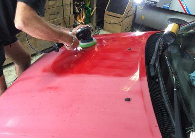 auto-poetsen-motorkap-rood